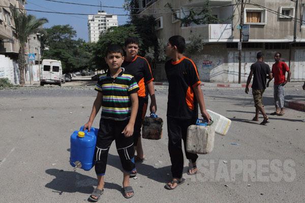 子どもたちは街角に設けられた給水タンクから水を汲むためにやってくる(2014年7月29日 撮影 古居みずえ)