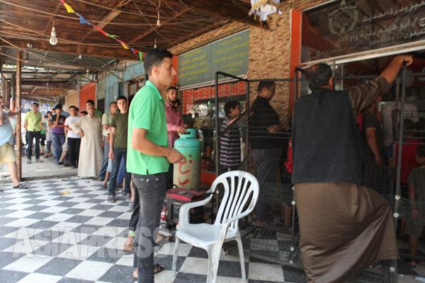 イスラエル軍の攻撃の合間をぬってパンを求めて行列を作る人々(2014年8月2日 撮影 古居みずえ)