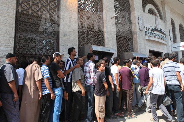 銀行の前に列をつくり並ぶ市民(ガザ地区にて 2014年8月13日 撮影 古居みずえ)