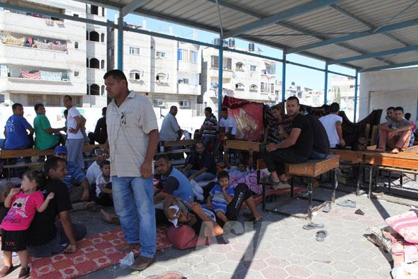国連学校に避難する人びと。夜、女性は教室の中で、男性は廊下や校庭に敷物をして寝る(2014年8月8日ハンユニス国連学校避難所で 撮影 古居みずえ)