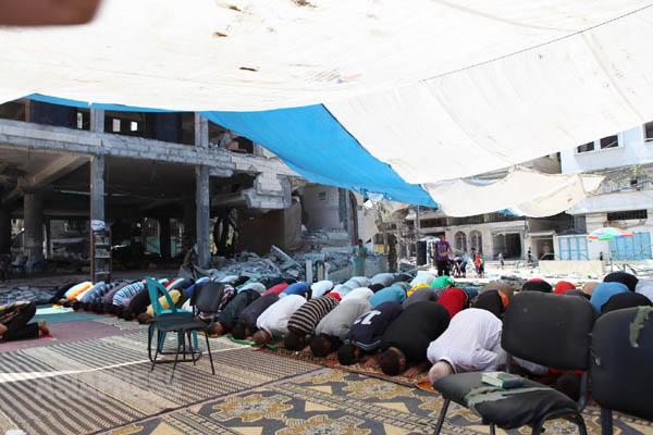 壊されたモスクの外でお祈りをする人たち(2014年8月22日ガザ市内で撮影 古居みずえ)