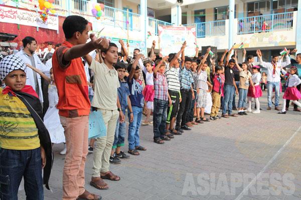 学校の避難民がイベントを開いた。写真は着飾って行進する子どもたち。(2014年8月30日 撮影 古居みずえ)