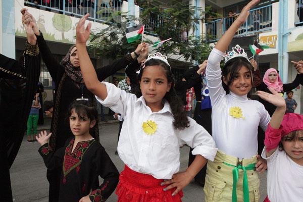 ハンユニスの学校で、イベント「ガザは苦しみの中にあるが、希望も持っている」が開かれた。催したのは家を破壊された住民たちだった。(2014年8月30日 撮影 古居みずえ)