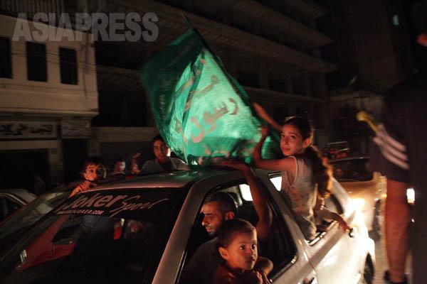 イスラエルとハマスの長期的停戦を祝う人びと。(8月26日ガザ市内で 撮影・古居みずえ)