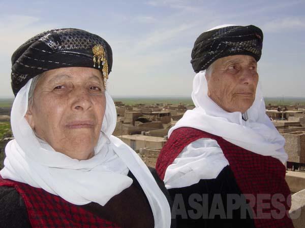 ヤズディ教の伝統衣装を着た信者の女性(イラク・ニナワ県バシカ村にて2004年3月撮影・玉本英子)