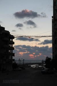 20日は一日じゅうイスラエルの空爆が続いた。一日の死者は20人を超えた。夜になって爆音が少しおさまった。2014年8月20日 撮影 古居みずえ