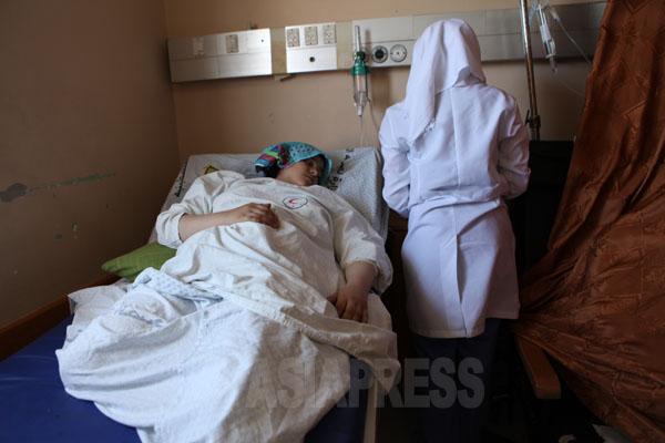 イスラエル軍の爆撃で下敷きになり、両足を切断した15歳の少女、マナール・シンバリさん。母親と、2人の妹(8歳と12歳)、兄弟、叔母の5人が死亡した。(7月28日ガザ地区シェファ病院で  撮影・古居みずえ)