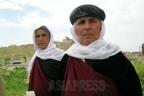 伝統衣装をまとったヤズディ教徒の女性。ヤズディはクルド語を母語とするクルド人。イスラム教スンニ派が多数を占めるクルド人のなかでは少数だが、ヤズディのコミュニティーは受け継がれてきた。周辺のイスラム教徒やキリスト教徒と結婚することはない。 「ヤズディはヤズディのもとに生まれた者しかなれない」とされ、外部のものが入信できるわけではなく、布教を目指す宗教でもない。ゆえにヤズディのアイデンティティは自分の一族やコミュニティーと固く結ばれてきた。(シェハン・2005年)