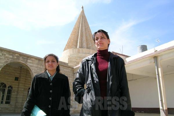 年配女性はスカーフをかぶることが多いが、イスラム教のように戒律としては定められていない。若い女性はスカーフをしないのが一般的。(バシカ・2004年)
