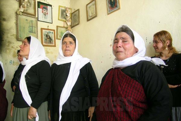 ヤズディの聖地を巡礼する女性たち。(シェハン・2005年)