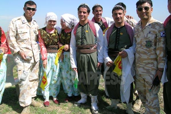 韓国軍部隊がイラク・アルビルに駐留していた当時、地元の交流会に招待されたヤズディの伝統衣装の青年たちと韓国兵の記念写真。珍しい光景。韓国兵のなかには、イラクにはクルド人やキリスト教徒がいることを知っているものはいたが、ヤズディ教徒のことは知らなかった。日本でも当時はヤズディの存在が報じられることはなかった。(アルビル・2005年)