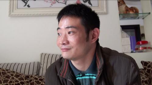 「妻を官僚に奪われた」と訴える張濤さん(2014年4月7日内江市にて撮影アイ・アジア)