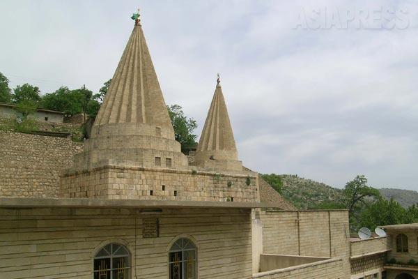 ヤズディ教最大の聖地、ラリシュ。イラク北部ニナワ県のシェハンの谷間に位置する。ラリシュにいくつも並ぶ聖塔クッブには、ヤズディ教の聖者らが祀られている。なかでももっとも重要なのがヤズディ教徒が信仰する孔雀天使タウス・マレクにつながる聖者アディ・イブン・ムサフィールのクッブ。(シェハン・2005年)