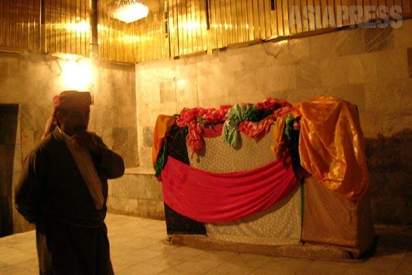 聖塔クッブの内部。聖者たちの棺が安置されている。(シェハン・2005年)