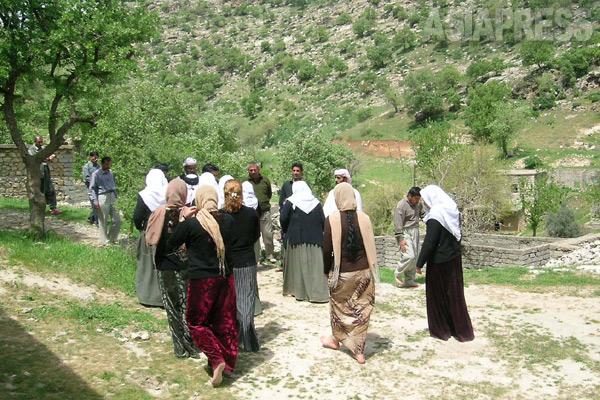 ラリシュでは誰もが靴を脱がなければならない。聖地のある谷間を裸足で歩く巡礼者たち。秋の巡礼月には谷間は泊りがけの巡礼者のテントでいっぱいになる。(シェハン・2005年)