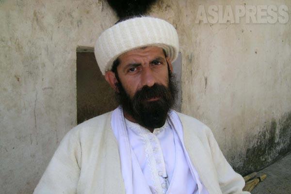 ラリシュを護る男性。教学のための神学施設もおかれ、若い信徒らがここで学ぶ。(シェハン・2005年)