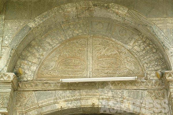 ヤズディの信仰対象は神であるものの、むしろ神よりも重要視するほど深い信仰を寄せるのが孔雀天使タウス・マレクである。ラレシュの中心部にある門には、孔雀が彫られている。イスラム教徒からは、この孔雀天使は「悪魔」とされ、「多神教、邪教」とみなす者も少なくなく、とくに過激イスラム主義者から標的とされることとなった。ヤズディの土着概念として、太陽信仰にくわえ、山や川などにも神が宿っているという意識もある。(シェハン・2005年)