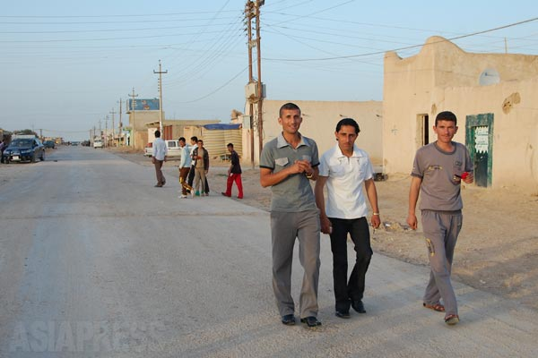 ヤズディ教徒の暮らす地域は産業もなく、多くが困窮状態におかれてきた。クルディスタン地域に出稼ぎに出るヤズディ教徒が多い。ドホークでは建設作業、アルビルでは飲食店従業員などをしている。写真はシンジャル郊外ギルオゼールのメイン通り。(ギルオゼール・2011年)