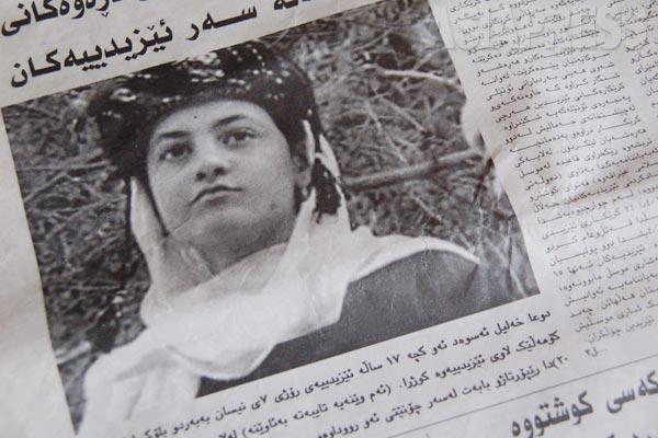 ヤズディ教徒の共同体は、イスラム教徒との結婚を拒んできた。2007年には、イラク北部モスル近郊のバシカでヤズディ教の女性がスンニ派青年と恋愛をしイスラム教に改宗したことを理由に、一族が彼女を殺害。実際に改宗したかどうかは不明のままだが、ヤズディ共同体のなかの保守的側面が知られるようになった事件だった。地元警官もいるなか、親戚の男たちが集団でレンガを叩きつけるなどして殺害する映像がネットで広まり、部族と家族の名誉を守る「名誉殺人」として世界的に報じられることとなった。この直前にモスルでイスラム武装組織がヤズディ教徒23人を殺害する事件があった。バスを襲撃した武装勢力が乗客の中からヤズディ教徒だけを選び出して処刑する凄惨なものだった。こうした極度の緊張関係が、イスラム教徒と恋愛関係を持ったとされたヤズディ女性の名誉殺人へとつながっている。さらにこの数か月後には、ヤズディ教徒の町でイスラム組織が爆弾事件を引き起こし、375人が死亡する事態となる。写真は名誉殺人で死亡した17歳の女性について報じる地元新聞。(2007年)