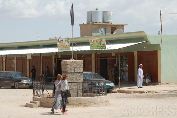 イラク北部ニナワ県のヤズディ教徒の町シンジャル郊外のギルオゼール(アラブ名ハタニア)で2007年8月14日、町の中心地に爆弾と積んだトラックが爆発、375人の死者と400人を超える重軽傷者を出した。イスラム武装勢力アンサール・スンナ軍がヤズディ教徒殺戮を狙ったものとされる。爆弾事件の死者数は多くて50人前後だが、1回の爆発で400人近い死者が出たということから多量の爆薬が使われたと推測される。写真の石碑があるのが爆発現場。爆発時は地面が数メートルえぐりとられた。(ギルオゼール・2011年)