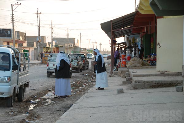 ギルオゼールの町。旧フセイン政権によるヤズディ教徒強制移住政策で、シンジャル山のふもとに暮らしてきた人たちが土地を追われた。産業もなく、土漠地帯に追放されたため農地を耕しても枯れるばかりだった。仕事はなく、若者の多くは北部のクルディスタン地域へ出稼ぎに行く。(ギルオゼール・2011年)