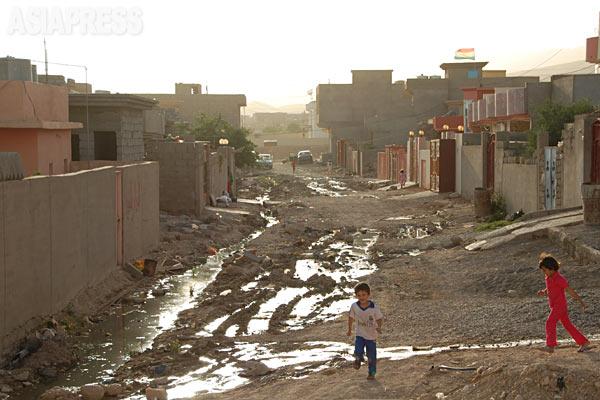 行政もきちんと機能せず、舗装されてない住宅地が多かった。(シンジャル・2011年)