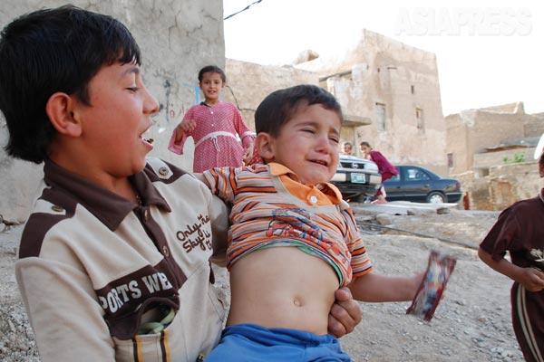 シンジャルの下町地区で。ヤズディ教徒の子どもたち。(シンジャル・2011年)