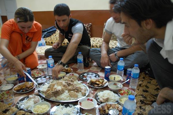 シンジャル郊外ギルオゼールに暮らすヤズディ教徒の家庭で。来客をご馳走でもてなす。この日はゆでた鶏肉をご飯にのせた料理。ヤズディ教徒は、レタスを食べることはない。(ギルオゼール・2011年)