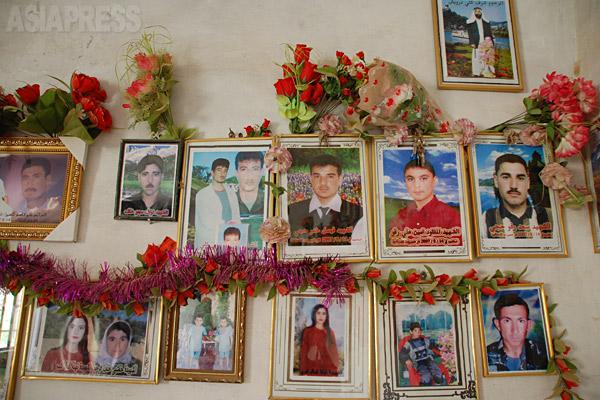 小さな町では、どの親戚、友人のなかにも犠牲者がいた。武装勢力アンサール・スンナ軍による爆弾事件の犠牲者の写真。(ギルオゼール・2011年)