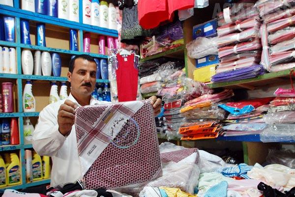 ニナワ県シンジャル郊外、シリア国境近くの町をまわる。商店街の店主は、これまでシリアから衣類などを仕入れることが多かったが、シリアが内戦に陥ると、それもなくなった。国境を行き来する商売人も激減した、と話した。(2012年)