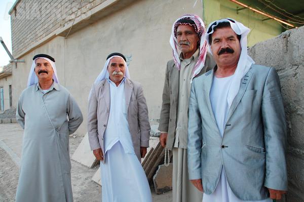 シリア国境に近いこのシンジャル地方では年配男性はアラブ服のディスダーシャが一般的。他方、モスル東のコミュニティー、シェハンはクルド地域に近く、年配男性はクルド服を着る。若者はジーンズにTシャツなどごく普通。若い女性はほとんどスカーフはかぶらない。(シンジャル・2011年)