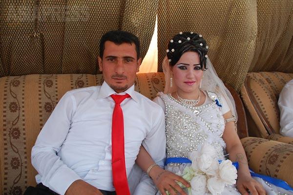 シンジャル郊外で結婚式がおこなわれていた。ヤズディ教徒の多くは恋愛結婚。写真は新郎新婦。短く刈り込むヒゲの整え方がこの地方のヤズディ青年の特徴。アラブ人と見分けがつくかというと、だいたいこのヒゲで分かる。 (2012年)