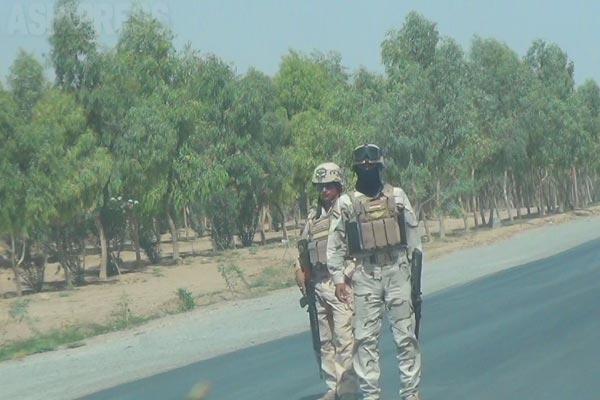 2012年に取材した当時はニナワ県シンジャル周辺にはイラク軍が展開し、厳しい検問を各所に設けていた。米軍のイラク撤収後もスンニ派武装勢力が活動し、イラク軍と戦闘を繰り返していた。写真は検問中のイラク兵。2012年撮影。今年6月にはニナワ県の多くの部分を「イスラム国」が制圧、イラク軍は敗走した。(2012年)