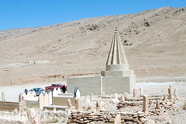 シンジャルのヤズディ教徒の聖塔。いま宗教施設は「イスラム国」によって次々と破壊されている。改宗を受け入れず殺害された者のほかに、一部住民のなかにはしかたなく改宗を受け入れた者もいる。(2012年7月)