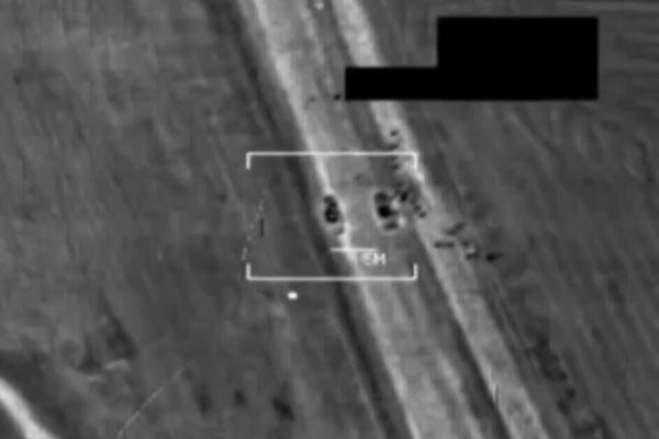 8月7日、オバマ米大統領は、ヤズディ教徒保護の人道目的として米軍による限定空爆を承認した。空爆はシンジャルのほか、マハムールなどの地域でも遂行された。写真は米軍戦闘機が「イスラム国」戦闘員を攻撃したときの映像。(米中央軍公表映像)