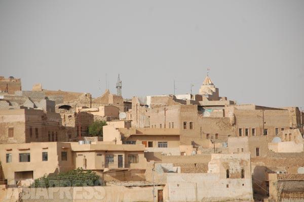 シンジャルとその近郊のヤズディ教徒、数万が「イスラム国」に追われた。北部のクルディスタン地域か国境が近いシリア側で「イスラム国」の支配が及んでいない地域に逃れたが、残された住民が山で包囲されることになった。写真は「イスラム国」が支配する前のシンジャルの町。(2011年)