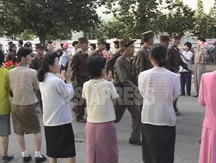 2006年8月、ミサイル発射の騒動によって、準戦時態勢を宣言した北朝鮮政権は緊急に志願兵を募集した。写真は、新兵送別イベントに動員された清津市の住民たち。(撮影 リ・ジュン)