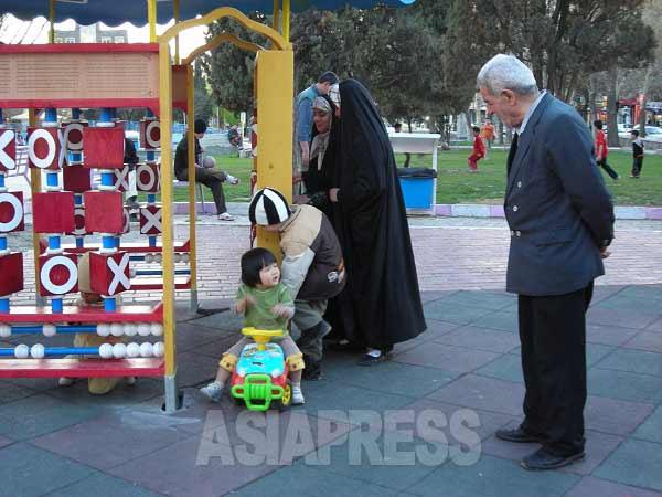 テヘラン市街、近所の公園にて。老若男女問わず、イラン人は公園が大好きだ。(大村左知子撮影/2009)