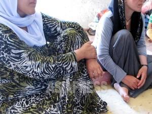 イスラム国に拉致され、脱出したヤズディ教徒の姉妹、マハヤさん(左)とブシュラさん(右)。シンジャル郊外の村から、シリアのイスラム国支配地域へ連れていかれ、再びイラクへと移送された。マハヤさんの夫と娘は行方不明のままだ。(イラク北部ザホーで9月12日撮影:玉本英子)