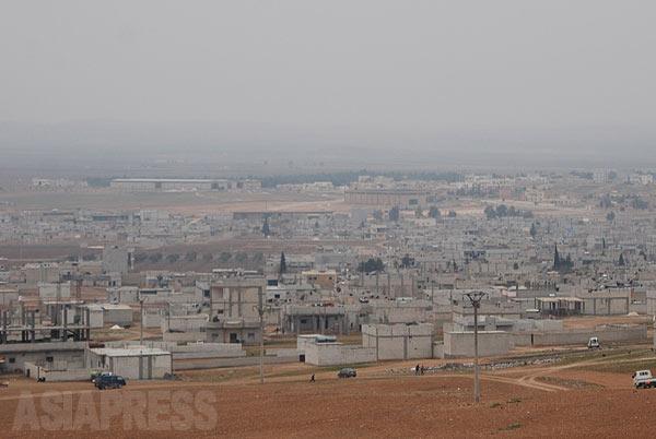 これまでイスラム国に制圧された周辺地域からは住民がアイン・アル・アラブ(コバニ)に避難してきたが、町に攻勢がかけられたことでトルコ国境へ脱出する住民があいついだ。(2014年1月撮影)