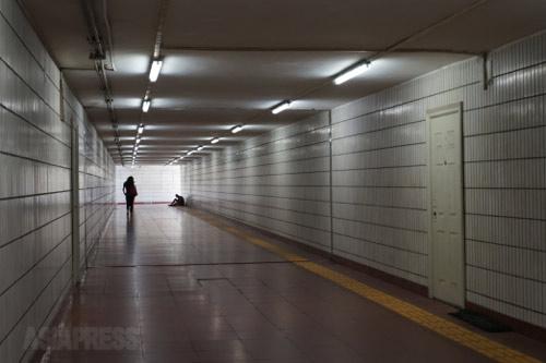 長安街をくぐる地下道。昼でも薄暗い。 2014年9月4日 北京・永安里 撮影 宮崎紀秀