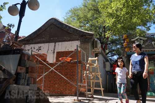 昔ながらの家屋が次々とリノベーションされている。 2014年9月8日北京・旧鼓楼大街 撮影 宮崎紀秀