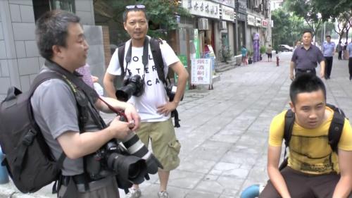 雷元書記の姿を撮影できず唖然とするカメラマン