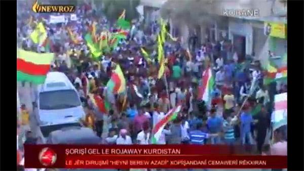 2011年、全土で起きたアサド政権に対する反政府運動は、北部のクルド人居住地域にも広がった。コバニでは2012年、政府軍が撤退し、地元クルド政党が行政機関を統括。写真は「民衆によるコバニ解放」と伝える当時のクルド系衛星放送。(2012年)