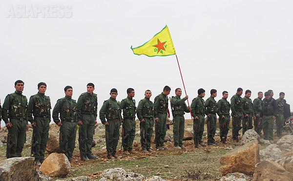 人民防衛隊(YPG)はクルド地域の防衛のため2011年に結成された。クルディスタン労働者党(PKK)の傘下にある。写真はYPGの戦闘員たち。(2014年1月・シリア・コバニで玉本英子撮影)