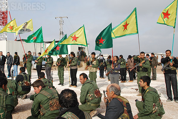 シリア北部のクルド人居住地域ではクルド組織がイスラム国と戦っている。写真はコバニ(アイン・アル・アラブ)を防衛するクルド組織、人民防衛隊(YPG)。(2014年1月 撮影・玉本英子)
