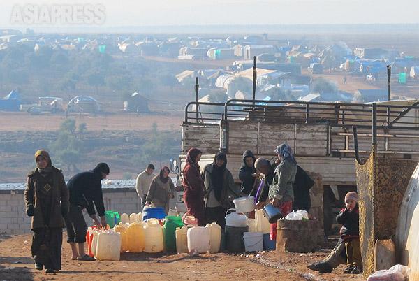 3年にわたる内戦でシリア国民の半数近くが国内外に避難した。写真は国内の少しでも安全な地域に避難してテント生活を送る住民。(シリアの人権団体提供・2014年1月撮影)