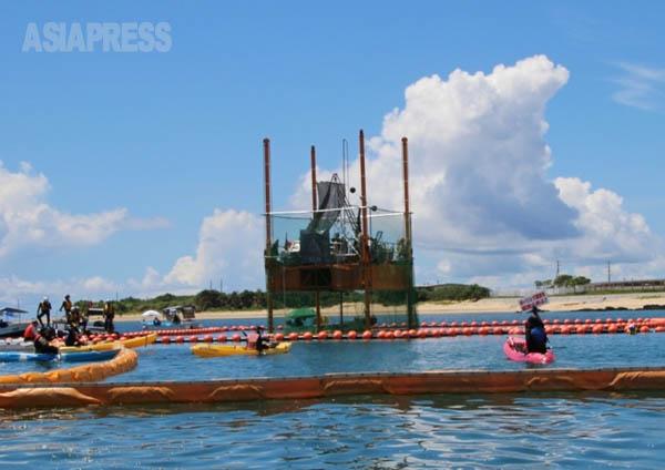 沖縄・辺野古の新基地建設に向けた海底ボーリング調査にカヌーで抗議活動する市民たちと警備する海上保安庁のゴムボート(撮影:吉田敏浩)