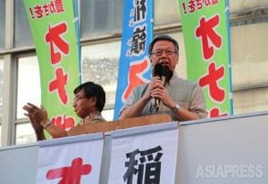 名護市中心街で稲嶺進名護市長(左)と並んで演説する翁長雄志氏(右)