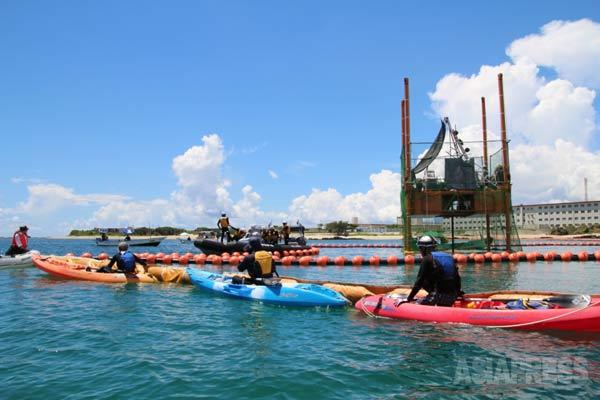 辺野古の新基地建設に向けた海底ボーリング調査にカヌーで抗議活動する市民たちと警備する海上保安庁のゴムボート